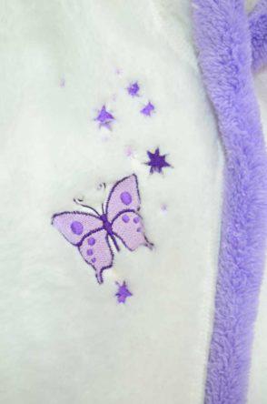 91c55e2afac8 Detský župan s kapucňou biely s fialovým lemom a výšivkou 74-164